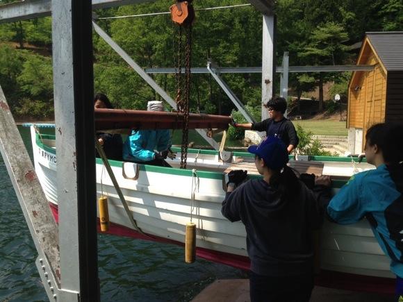 ng78 12 - 第78回野尻学荘 水小便り カッターとオメガを艇庫から搬出