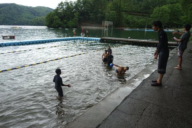 DSC00278 午後は少し雨もあがり水場で活動するボーイズも|第79回野尻学荘8日目