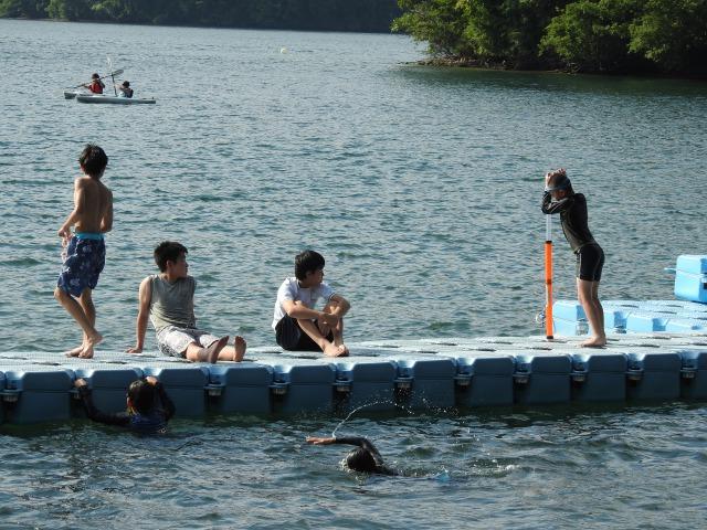 野尻学荘4 - 午後は水場で活動するボーイズがたくさん、夕食後は親睦会|第84回野尻学荘2日目